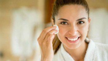mujer-limpiando-rostro